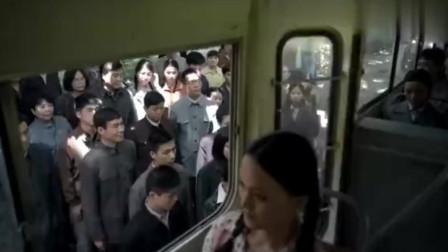领导坐公交车,遇上黑心售票员,亮出身份霸气处理!