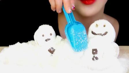 小姐姐玩了一会,然后直接把雪和雪人吃了,原来都是可食用材质的
