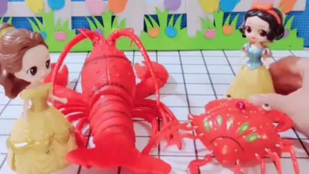 贝尔有一只小龙虾,白雪有一只小螃蟹,你们喜欢哪个呢?