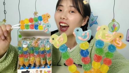 """小姐姐吃趣味零食""""五彩卡通小鸭棒棒软糖"""",缤纷小串,甜糯美味"""