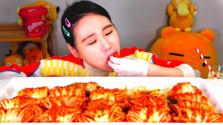 韩国大胃王卡妹,试吃泡菜卷五花肉,酸辣开胃太解馋了
