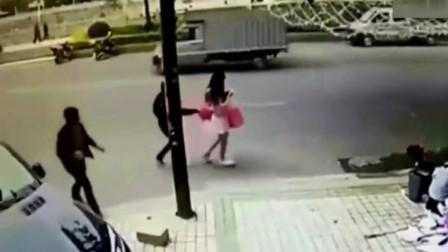 美女玩着手机走在路上,丝毫未察觉到自己身后异常,监控拍下所有罪证