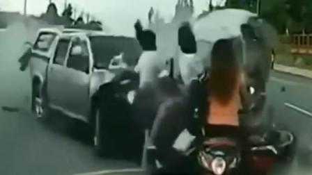 美女骑车下班回家的路上,不幸竟遭遇了如此惨剧,家人心都碎了