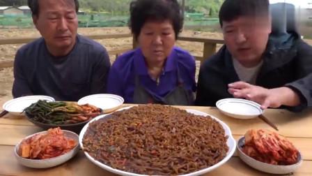 韩国农村家庭的一顿饭今天吃炸酱面,配上辣白菜和拌葱,真香啊