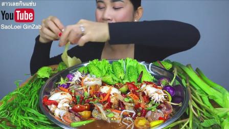 泰国吃播吃海鲜,用手抓着吃味道真不错