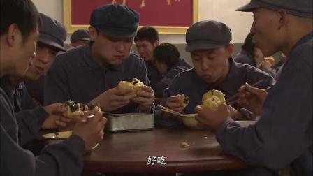 厂里发起吃忆苦饭,不料大厨把忆苦饭做的太好吃,工人们抢着买!