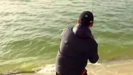 大风天在江边路亚,米级鱤鱼咬钩,差点让小哥猝不及防
