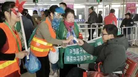 坚持11年65岁老太街头扮小丑宣传环保希望引起关注