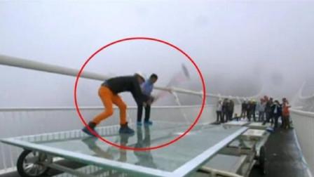 外国小伙质疑中国玻璃桥质量,亲自来中国实验,一锤下去尴尬了