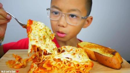 国外小朋友,试吃芝士火鸡面和烤面包块,一个人吃得好香啊