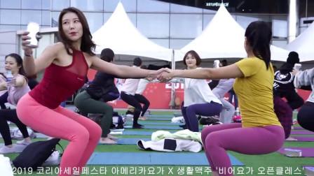 第一次看到练瑜伽是拿着啤酒的,这么多美女脚对脚的练习