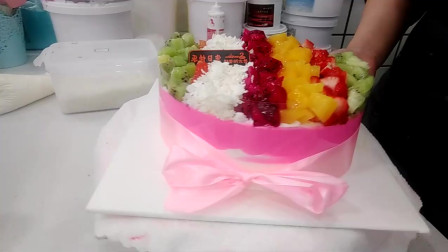 好漂亮的一款水果六条生日蛋糕,蛋糕上的水果搭配的好漂亮!