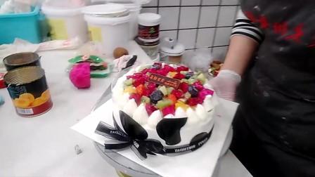 好漂亮的一款水果世界蛋糕,蛋糕上的火龙果搭配的很漂亮!