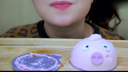 吃货小姐姐:小姐姐吃粉嫩可爱的猪猪蛋糕,香甜绵软,口感超级赞
