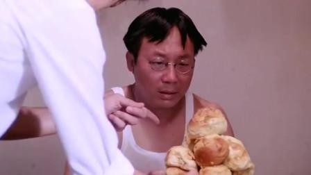 香港电影:黄百鸣大献殷勤拿菠萝包给许冠文吃,许冠文得知他的意图后受惊吓