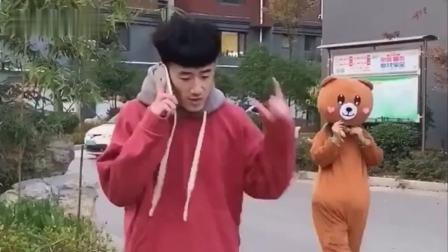 网红熊真是个人才,没事就在外面捉弄路人,出来调皮迟早要还的