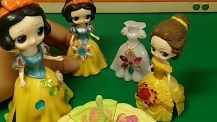 贝尔今天过生日,白雪阿姨送给贝尔一个蛋糕,小白雪送给贝尔一件衣服,贝尔好感动呀!