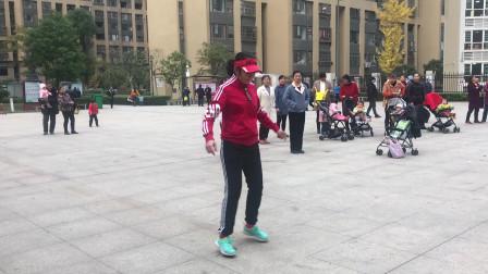 48岁阿姨广场秀鬼步舞,节奏时尚动感,旁人看了也想跳