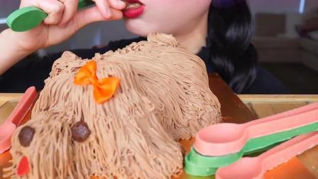 小姐姐吃狗狗造型的奶油巧克力蛋糕,勺子也可以一起吃掉的哦