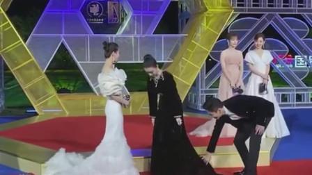 刘诗诗的礼服太美了,像个仙女一样!倪妮王大陆跟着后面打理裙尾