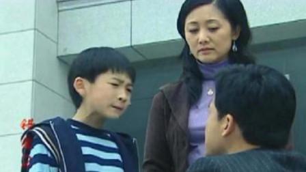 爸爸为了小三离婚,儿子霸气为妈妈出气,当场吐爸爸一脸口水!
