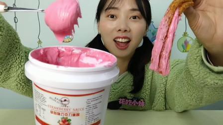 """小姐姐吃""""草莓巧克力淋酱"""",颜色粉嫩配上魔鬼辣条,香甜柔滑赞"""