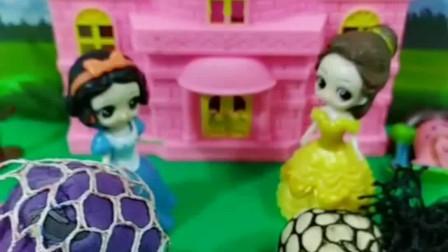 贝儿又来挑战白雪啦,小公主真是不服输,这次谁赢了?