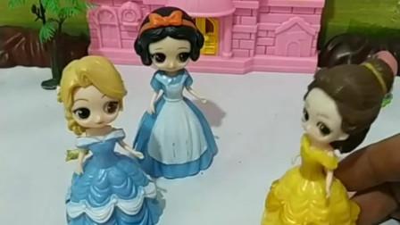 给公主们分画笔啦,贝儿又抢了妹妹的画笔,母后会贝儿吗?