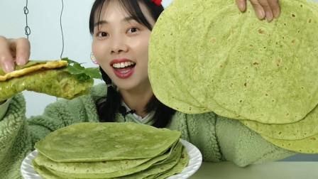 """小姐姐吃特色美食""""菠菜面饼"""",油绿一大张,双层超薄喷喷香"""