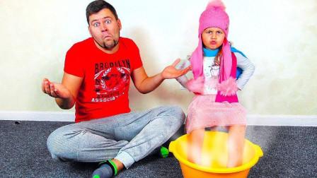 咋回事?爸爸为何给萌宝小萝莉戴上帽子跟围巾?趣味玩具故事
