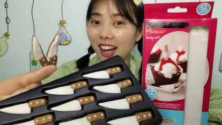 """美食拆箱:妹子吃趣味""""小刀糖"""",白刃咖柄好迷你,黑糖味浓甜蜜"""