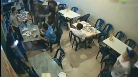 好友们在餐厅里聚餐,突然不对劲,下一秒小伙看清人间冷暖