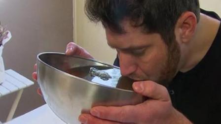 男子每天都要喝40斤的水,否则就会有生命危险,原因让人傻眼