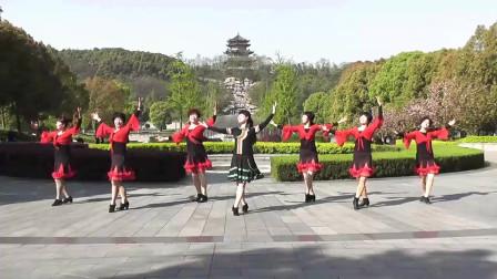 广场舞《扎西德勒我爱你》,阿姨们顶着烈日,实在是辛苦!