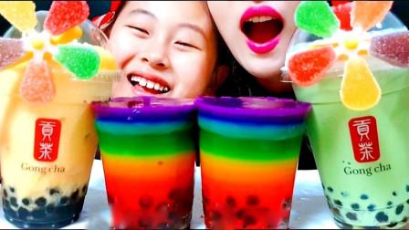 姐妹吃高颜值的甜品,小妹用眼镜吸管喝奶茶,彩虹奶茶果冻吃起来更是香甜