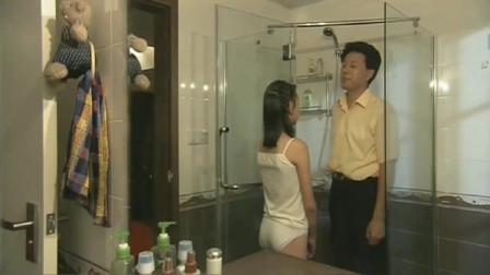 女儿半夜上厕所,却发现爸爸躲在卫生间,父女感情在这一刻体现