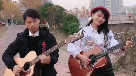 两人用吉他演奏一曲《你的样子》旋律优美真好听!