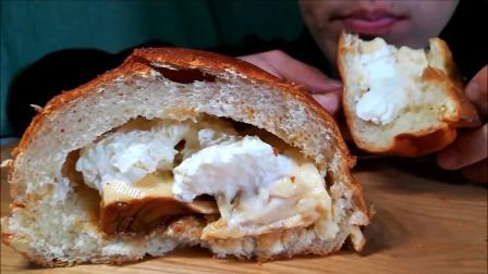 小哥吃奶油布丁夹心面包,看着就感觉甜腻腻,但是小哥吃得超级香