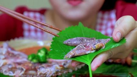这个生鱿鱼拼盘看起来超级美味呀,小姐姐太有口福啦
