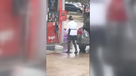 神操作!美加油站一女子用塑料袋装汽油 装好后放汽车后备箱