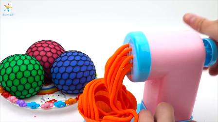 挤橘色面条 宝宝魔力太空沙手工制作玩具