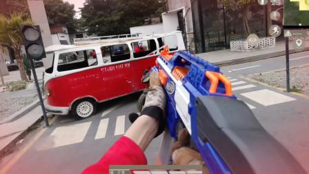 真人版吃鸡:枪蟹师刚捡了瓶饮料,转头就被躲车后的面具怪偷袭!