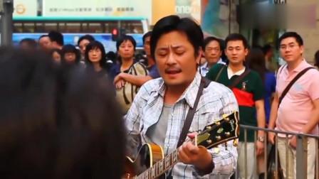 歌手王杰在街头的演唱,引来众多市民围观,网友:下场太惨了!