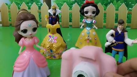 贝尔过生日,王后送给贝尔一条裙子,王子送给白雪一个照相机,贝尔好幸福呀!