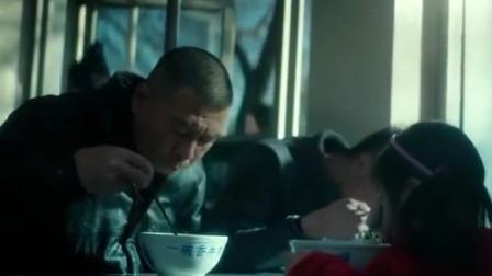 老炮儿:冯小刚吃面真够一个得劲的,这一大口,堪比吃播了