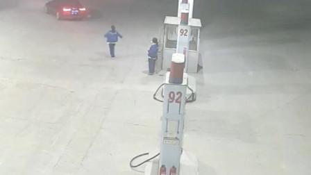 开得起奥迪A6区加油站加油,接下来监控却拍下这可耻的行为