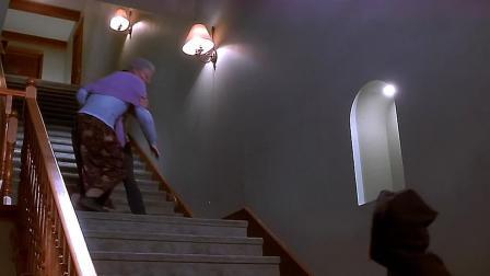 惊声尖笑:奶奶沦为工具人,被孙女推下楼梯,还被钢琴撞!