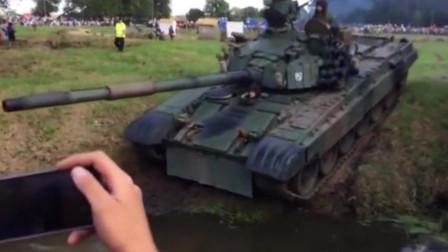 军事:坦克过坑沟,开进坑里面后就出不来了,好尴尬啊