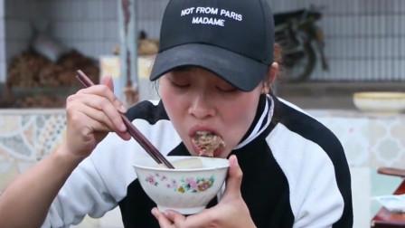 老妈菜市场买了4斤驴肉,大妹子土灶做了大锅驴肉火锅,一群女人吃嗨了