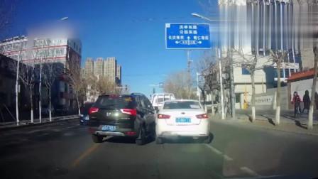 行车记录仪:超车不成反被顶飞,这车技让人看不懂